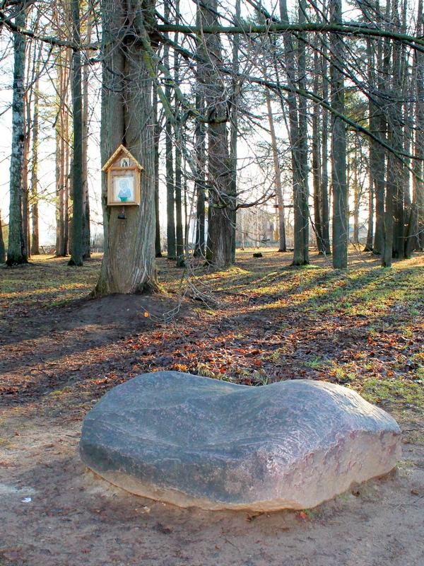 Камень в церковной ограде