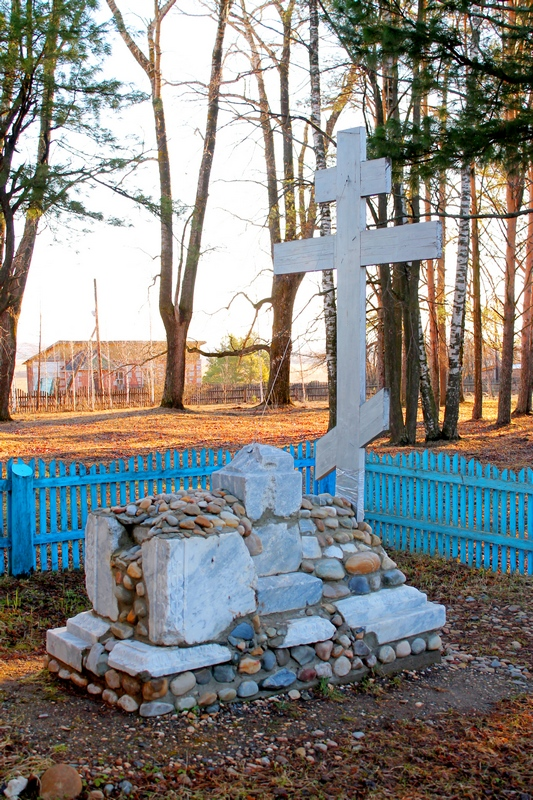 Крест-памятник в восточной части храма. Выполнен из осколков могильных плит.